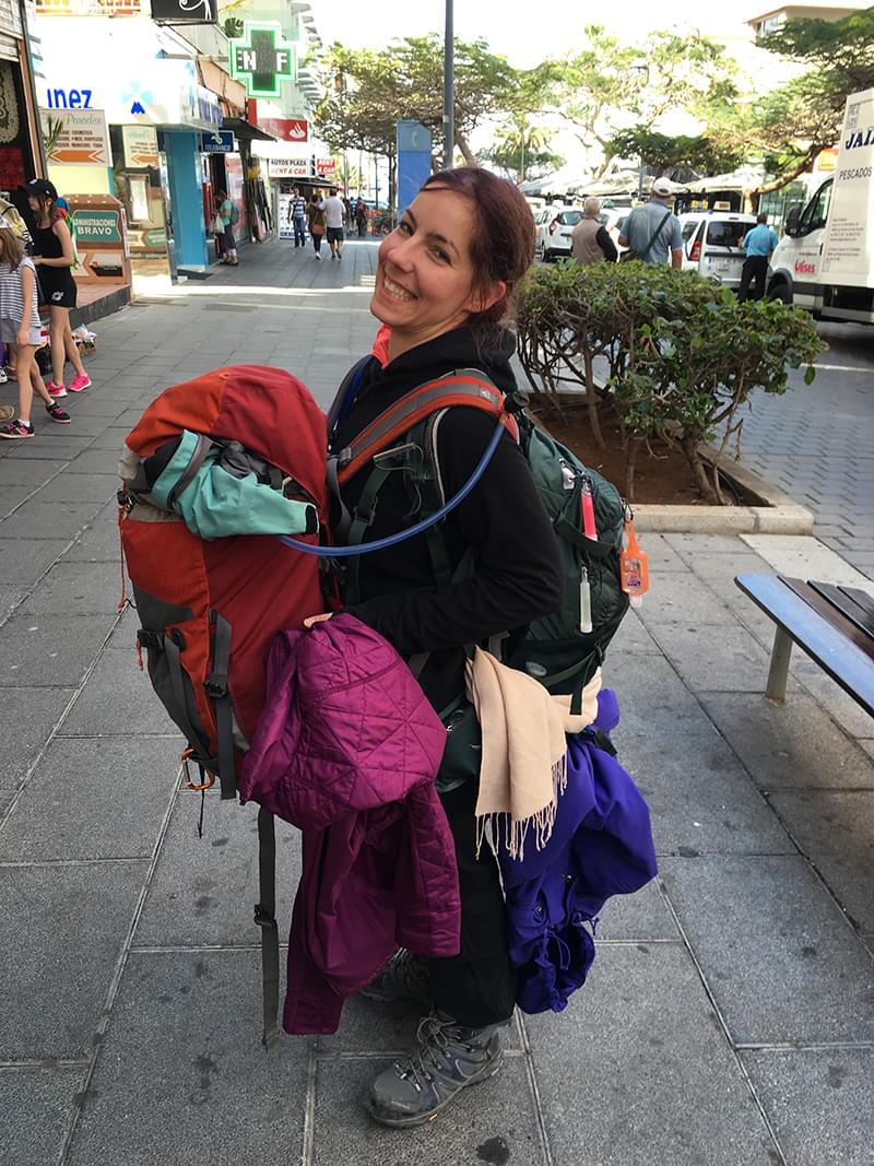 Vanessa-qui-transporte-son-sac--dos-et-celui-de-la-guide-Catherine-RED